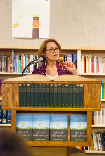 Photo of Kristin Ohlson speaking at Powell's with books - Photo by Kristin Beadle